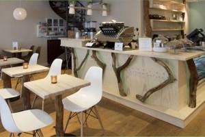 """Het doel was om mensen een mooie gastvrije plek in Alkmaar te bieden waar iedereen zich thuis voelde. Verder is het voor een restaurant """"niet"""" belangrijk hoe het er uitziet als het vol met gasten zit, maar hoe aantrekkelijk het er leeg uitziet."""