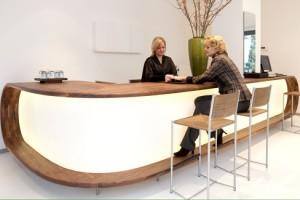 De notenhouten balie is ontworpen en gemaakt voor Luciënne Jesse Jewelry aan de Beethovenstraat in Amsterdam. De balie is geïnspireerd door de vorm van een ring. Daarbij is de vitrine in dezelfde stijl ontworpen.