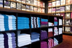 Een winkelinrichting waar service en advies centraal staan. De inrichting van  Beddenspecialist Jac Nota is bedoeld voor het showen van dekbedovertrekken. Achter de wanden ligt de voorraad binnen handbereik.