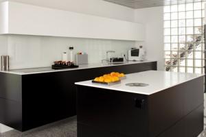 Deze moderne keuken is een voorbeeld van dat gezonde materialen toegepast kunnen worden in een moderne stijl. Geen spaanplaat maar multiplex, geen gewoon MDF maar formaldehydevrije MDF.