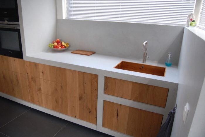 Betoncire keuken met houten frontjes